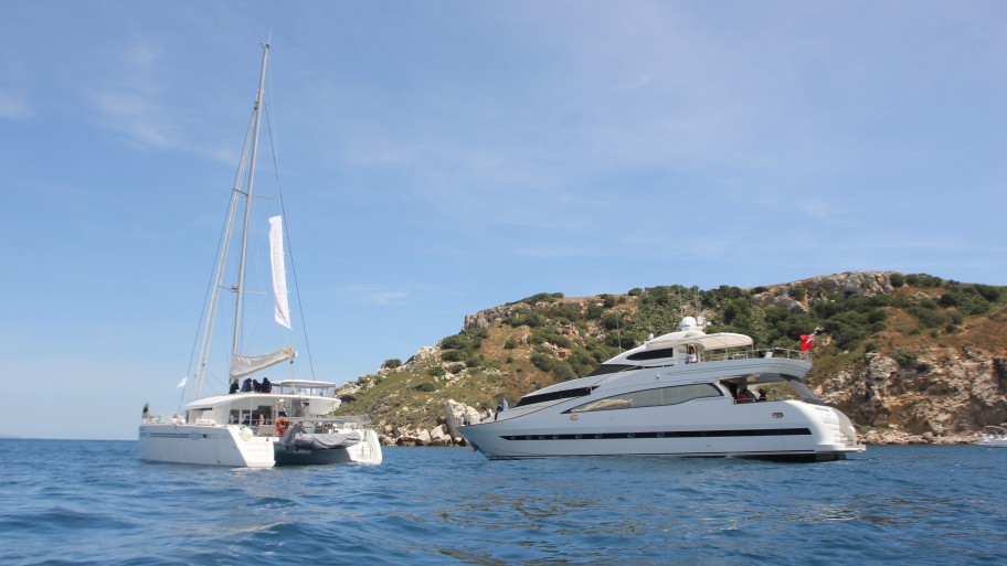 Two yachts of TPSC sailing on the Estartit Port title=